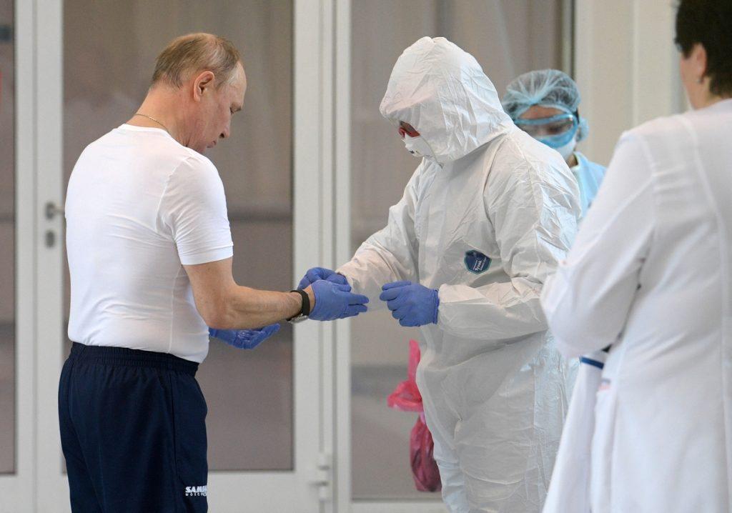 COVID-19 : Poutine à l'hôpital en combinaison de protection (VIDÉO)
