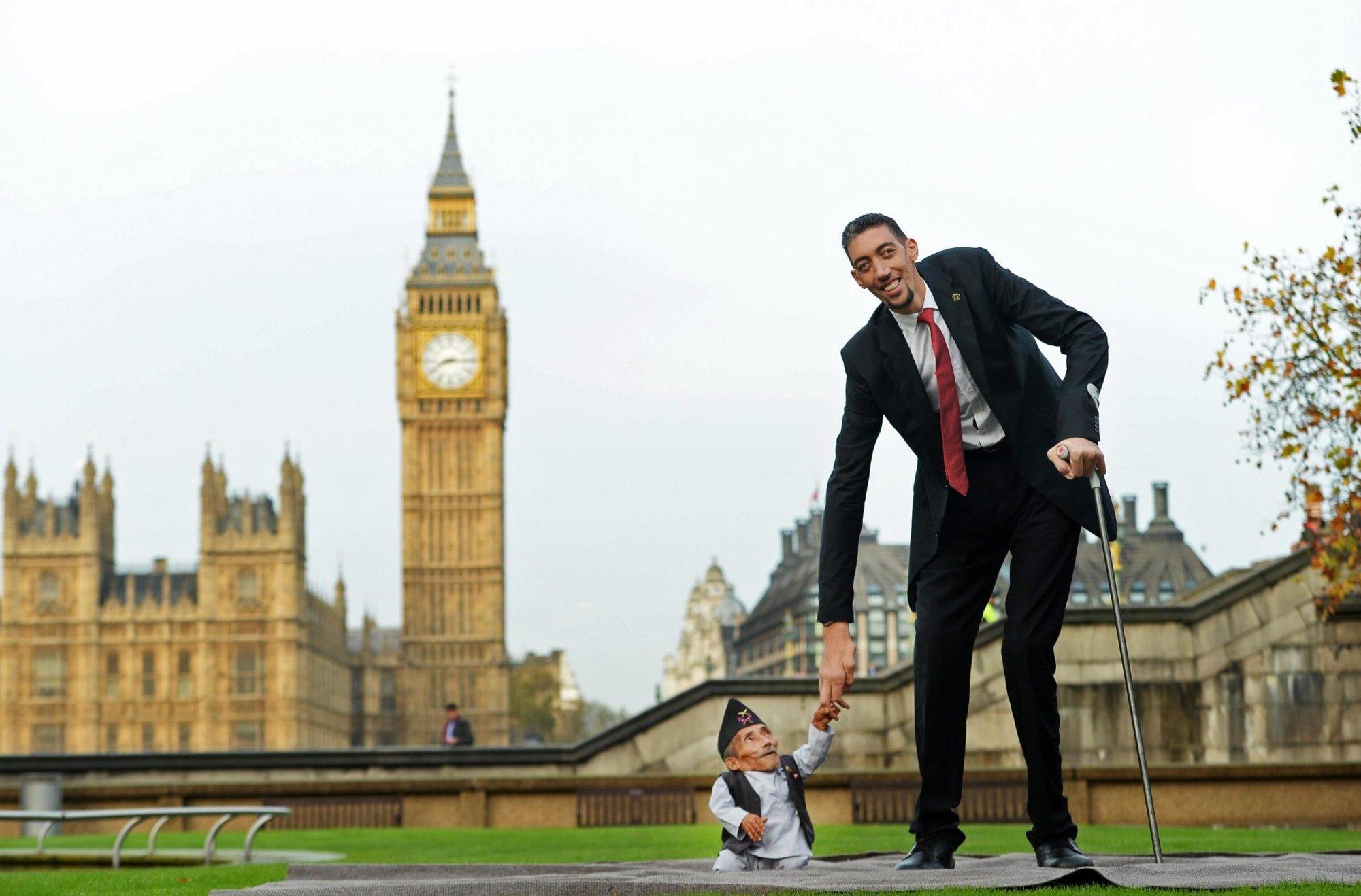 VIDEO. L'homme le plus petit du monde rencontre le plus grand - L'Express